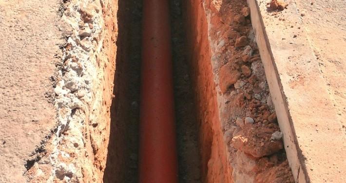 Paso de tubería en zanja abierta con nuestra miniexcavadora