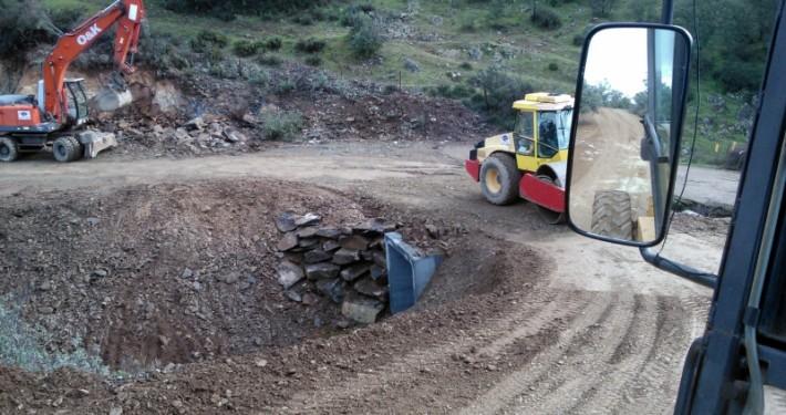 Realización de camino vecinal con miniexcavadora, rodillo compactador y excavadoras