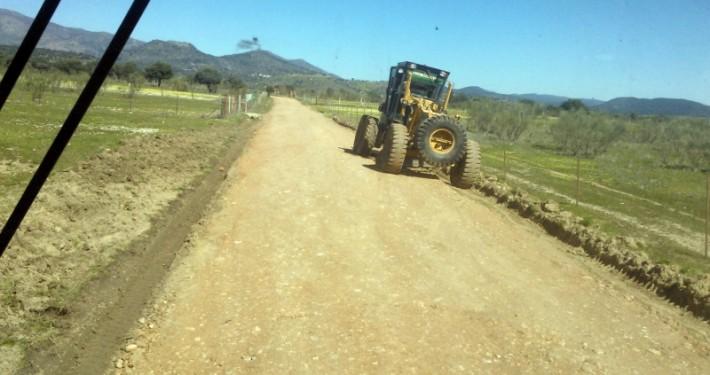 Motoniveladora realizando trabajo de nivelación en camino vecinal en Talavera