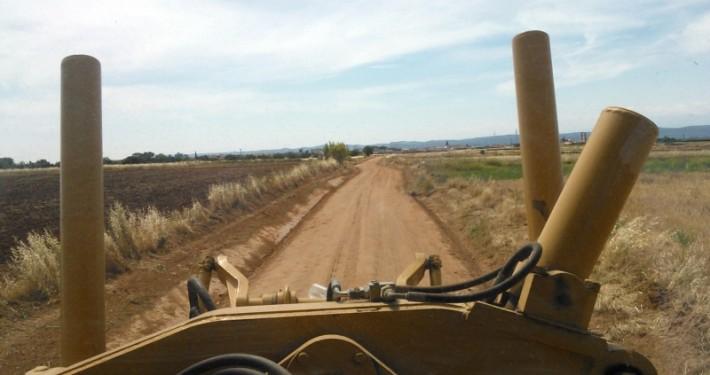 Terminando camino vecinal con ayuda de una motoniveladora de Hermanos Morillo