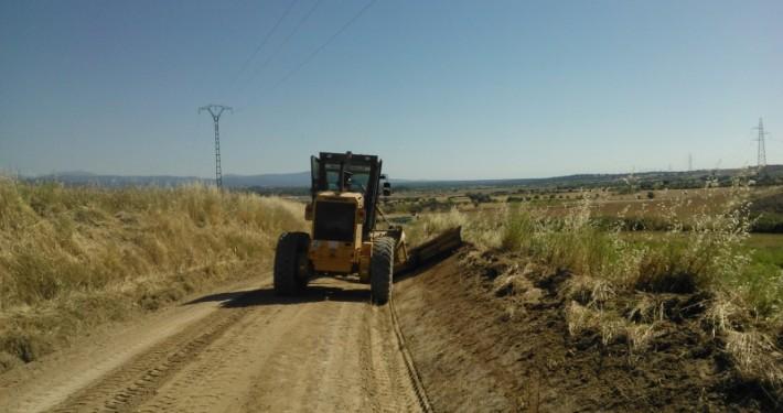 Preparando terreno con motoniveladora para terminar un camino vecinal
