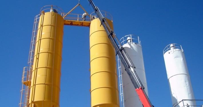 Grúa ayudando en la carga de material para construcción