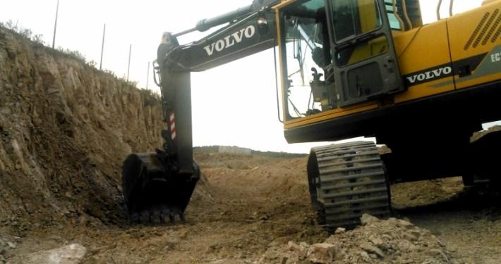trabajos de movimiento de tierra con ayuda de miniexcavadora