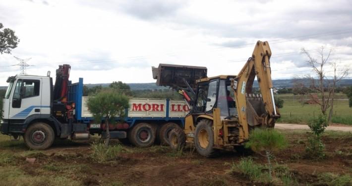 Retropala cargando tierra de un movimiento sobre nuestro camión volquete