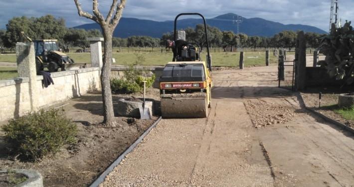 nivelación de un camino en Madrid con rodillo compactador