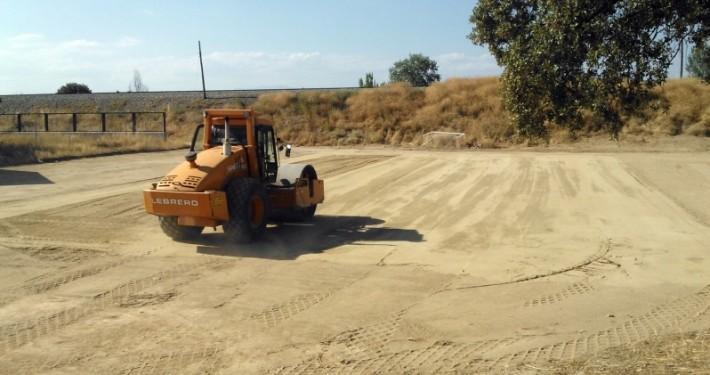 nivelación de un terreno con ayuda de nuestro rodillo compactador