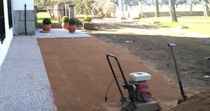 nivelación de un terreno para jardín con nuestra maquinaria