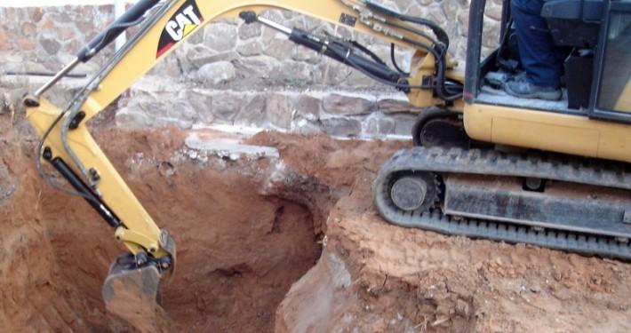 Terminando de excavar una piscina con nuestra miniexcavadora