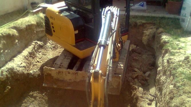Excavación de una piscina con miniexcavadora en Toledo