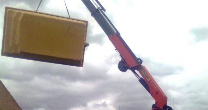 Colocación de una piscina con el brazo de nuestro camión volquete