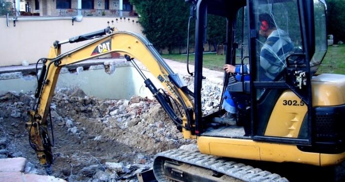 Excavación para una piscina con martillo demoledor y retropala