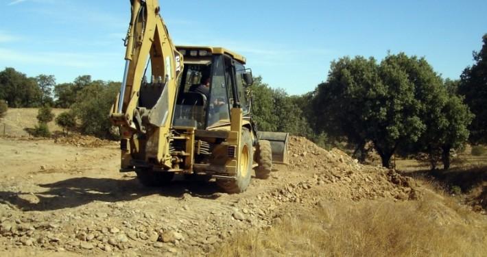 Retropala realizando trabajo de movimiento de tierras en una finca de Madrid