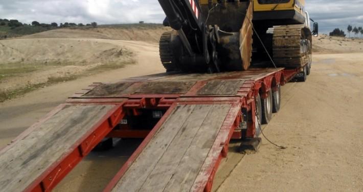 transporte de una excavadora giratoria en un camión de hermanos morillo