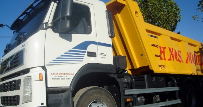 transporte de tierra de una excavación por un camión volquete de hermanos Morillo