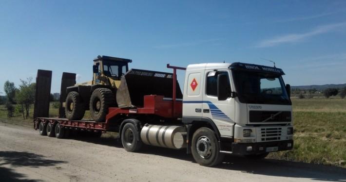 transporte de una pala cargadora en un camión de hermanos morillo en toledo