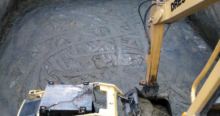 pala cargadora cargando lodos de vaciado sobre la pala de nuestra excavadora giratoria