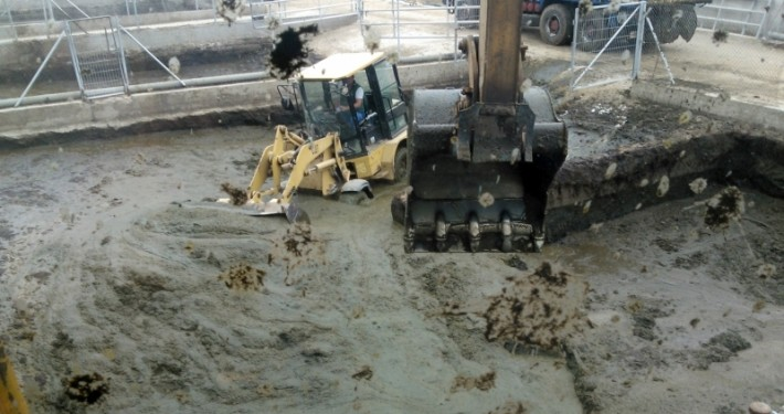 vaciado de lodos con nuestras máquinas: pala cargadora y retropala